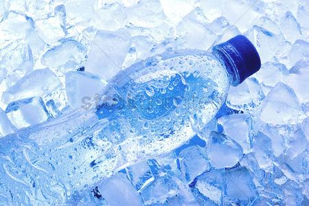 یخ زدن بطری آب معدنی